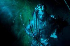 Ισχυρό werewolf, δαίμονας μεταξύ των δέντρων στην ομίχλη Στοκ φωτογραφία με δικαίωμα ελεύθερης χρήσης