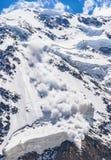 Ισχύς της φύσης Χιονοστιβάδα στον Καύκασο Στοκ Εικόνα
