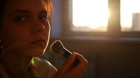 Ισχύστε makeup με μια βούρτσα απόθεμα βίντεο