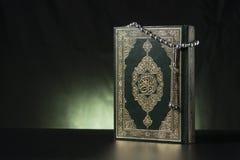 Ισλαμικά ιερό βιβλίο και Subha Στοκ Φωτογραφίες