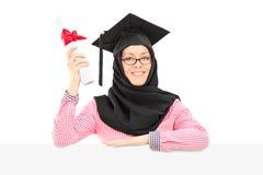 Ισλαμικός σπουδαστής με το δίπλωμα εκμετάλλευσης mortarboard και πέπλων πίσω Στοκ φωτογραφία με δικαίωμα ελεύθερης χρήσης