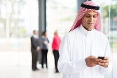Ισλαμικό έξυπνο τηλέφωνο επιχειρηματιών Στοκ εικόνα με δικαίωμα ελεύθερης χρήσης