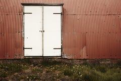 Ισλανδία. Αποθήκη εμπορευμάτων. Μεταλλικές πρόσοψη και πόρτα. Στοκ εικόνες με δικαίωμα ελεύθερης χρήσης