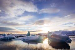 Ισλανδία, ηλιοβασίλεμα πέρα από τη λιμνοθάλασσα παγετώνων Jokulsarlon Στοκ εικόνες με δικαίωμα ελεύθερης χρήσης