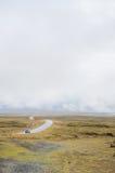 Ισλανδία - το Σεπτέμβριο του 2014 - δρόμος ομίχλης στο δυτικό μέρος της Ισλανδίας, νεφελώδης δρόμος υδρονέφωσης, με την κίτρινη χ Στοκ Φωτογραφία