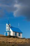 Ισλανδική εκκλησία στο χαμηλό φως βραδιού στο φυσικό περιβάλλον Στοκ φωτογραφία με δικαίωμα ελεύθερης χρήσης