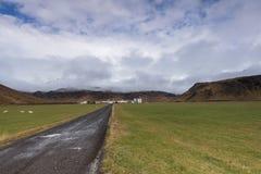 Ισλανδικό αγρόκτημα με τα βουνά Στοκ εικόνα με δικαίωμα ελεύθερης χρήσης