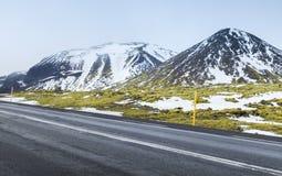 Ισλανδικό τοπίο με την εθνική οδό και τα βουνά Στοκ Εικόνες