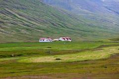 Ισλανδικό τοπίο φύσης με τα βουνά και τις κατοικίες Στοκ φωτογραφία με δικαίωμα ελεύθερης χρήσης