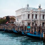 Ιταλία Βενετία Γόνδολες στην άποψη αποβαθρών της πλατείας SAN Marco και των στηλών Στοκ Εικόνες