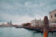 Ιταλία Βενετία Γόνδολες στην άποψη αποβαθρών της πλατείας SAN Marco και των στηλών Στοκ Φωτογραφία