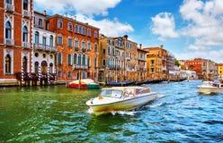 Ιταλία Βενετία Motorboat στο μεγάλο κανάλι στοκ εικόνες με δικαίωμα ελεύθερης χρήσης