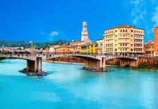 Ιταλία Βερόνα Τοπίο με τον ποταμό και Ponte Di Pietra Adige στο s Στοκ Φωτογραφίες
