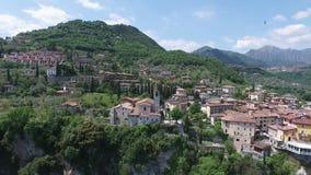Ιταλία Εκκλησία στο βουνό και την παλαιά πόλη Πανόραμα της πανέμορφης λίμνης Garda που περιβάλλεται από τα βουνά βίντεο φιλμ μικρού μήκους