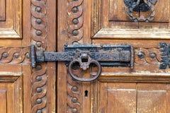 Ιταλία: Κλείστε επάνω της αγροτικής παλαιάς πόρτας Στοκ φωτογραφία με δικαίωμα ελεύθερης χρήσης
