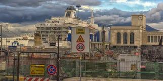 Ιταλία, Νάπολη, λιμένας 02.01.2018 της Νάπολης, Ιταλία στην Ευρώπη με Στοκ Φωτογραφίες
