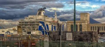 Ιταλία, Νάπολη, λιμένας 02.01.2018 της Νάπολης, Ιταλία στην Ευρώπη με Στοκ Εικόνα