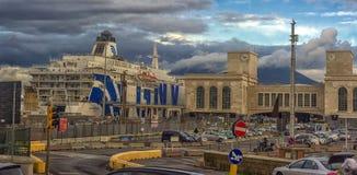 Ιταλία, Νάπολη, λιμένας 02.01.2018 της Νάπολης, Ιταλία στην Ευρώπη με Στοκ Φωτογραφία