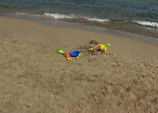Ιταλία: Παιχνίδια παραλιών που εγκαταλείπονται στην άμμο Στοκ Φωτογραφίες