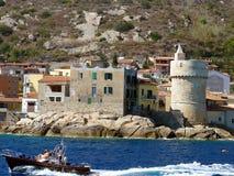 Ιταλία, Τοσκάνη, νησί Giglio, λιμενική είσοδος από τη θάλασσα Στοκ Εικόνες