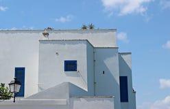 Ιταλία, Salento: Χαρακτηριστικός Λευκός Οίκος με τα μπλε παράθυρα στοκ εικόνα