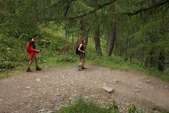 Ιταλία, Valle δ ` Aosta, στις 29 Ιουλίου 2017: δύο οδοιπόροι που περπατούν το ιόν μια πορεία στα βουνά Στοκ Εικόνα