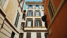 ΙΤΑΛΙΑ, ΡΩΜΗ, τον Ιούνιο του 2017: Το Steadicam πυροβόλησε: Μια άνετη στενή οδός στο παλαιό ιστορικό μέρος της Ρώμης απόθεμα βίντεο