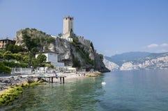 ΙΤΑΛΙΑ, MALCESINE - 11 Ιουνίου, τουριστική εποχή στη λίμνη Garda, άποψη κάστρων Malcesine με τη βάρκα και ιστορικό κάστρο Castel  Στοκ εικόνα με δικαίωμα ελεύθερης χρήσης