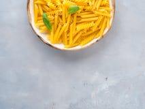 Ιταλικά ακατέργαστα κοντά ζυμαρικά σε ένα πιάτο Στοκ φωτογραφία με δικαίωμα ελεύθερης χρήσης