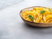 Ιταλικά ακατέργαστα κοντά ζυμαρικά σε ένα πιάτο Στοκ Φωτογραφία