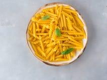 Ιταλικά ακατέργαστα κοντά ζυμαρικά σε ένα πιάτο Στοκ εικόνα με δικαίωμα ελεύθερης χρήσης