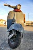 Ιταλικά εικονικά εκλεκτής ποιότητας σταθμευμένα μηχανικό δίκυκλο handlebars Vespa κοντά επάνω Στοκ Εικόνα