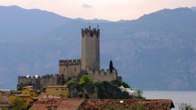 Ιταλικά ειρηνικά πόλη και κάστρο του χωριού malcesine στο ρομαντικό ειδυλλιακό γραφικό ηλιοβασίλεμα προκυμαιών λιμνών Garda φιλμ μικρού μήκους