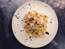 ιταλικά ζυμαρικά Εύγευστο Tagliatelle με το σολομό και τη σάλτσα στοκ εικόνα