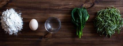 Ιταλικά ζυμαρικά και συστατικά για το μαγείρεμα Ξύλινο υπόβαθρο στοκ φωτογραφία