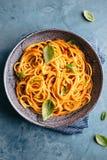 Ιταλικά ζυμαρικά με τη σάλτσα ντοματών στο κύπελλο Στοκ Εικόνες