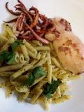 Ιταλικά ζυμαρικά με το καλαμάρι και τα χορτάρια Στοκ Εικόνες