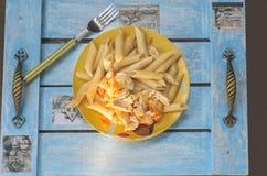 Ιταλικά ζυμαρικά με το κοτόπουλο, σε ένα πιάτο με τα σχέδια των κουκουβαγιών Στοκ Φωτογραφία