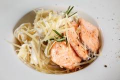 Ιταλικά ζυμαρικά Tagliatelle με την τηγανισμένη λωρίδα σολομών/ζυμαρικά με στοκ εικόνες
