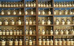 Ιταλικά μπουκάλια κρασιού σε ένα ράφι στοκ φωτογραφία με δικαίωμα ελεύθερης χρήσης