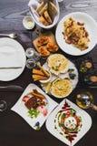 Ιταλικά πιάτα στον πίνακα συμπεριλαμβανομένης της σαλάτας Burrata, ψημένος βακαλάος με τη σάλτσα, μακαρόνια Carbonara, ψημένα όστ Στοκ εικόνες με δικαίωμα ελεύθερης χρήσης