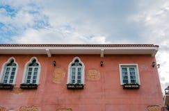Ιταλικά πορτοκαλιά κτήριο ύφους και υπόβαθρο ουρανού Στοκ Φωτογραφίες