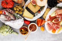 Ιταλικά πρόχειρα φαγητά κρασιού antipasti καθορισμένα Ποικιλία τυριών, μεσογειακή Στοκ Εικόνα