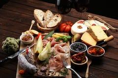 Ιταλικά πρόχειρα φαγητά κρασιού antipasti καθορισμένα Ποικιλία τυριών, μεσογειακή Στοκ φωτογραφίες με δικαίωμα ελεύθερης χρήσης