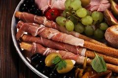 Ιταλικά πρόχειρα φαγητά κρασιού antipasti καθορισμένα Ποικιλία τυριών, μεσογειακή Στοκ εικόνα με δικαίωμα ελεύθερης χρήσης