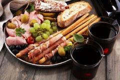 Ιταλικά πρόχειρα φαγητά κρασιού antipasti καθορισμένα Ποικιλία τυριών, μεσογειακή Στοκ Φωτογραφίες