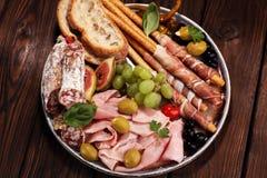 Ιταλικά πρόχειρα φαγητά κρασιού antipasti καθορισμένα Ποικιλία τυριών, μεσογειακή Στοκ Εικόνες