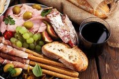 Ιταλικά πρόχειρα φαγητά κρασιού antipasti καθορισμένα Ποικιλία τυριών, μεσογειακή Στοκ εικόνες με δικαίωμα ελεύθερης χρήσης
