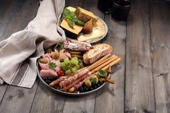 Ιταλικά πρόχειρα φαγητά κρασιού antipasti καθορισμένα Ποικιλία τυριών, μεσογειακή Στοκ Φωτογραφία