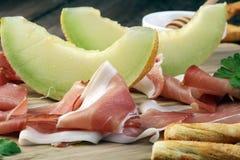 Ιταλικά πρόχειρα φαγητά κρασιού antipasti καθορισμένα Ποικιλία τυριών, μεσογειακή Στοκ φωτογραφία με δικαίωμα ελεύθερης χρήσης